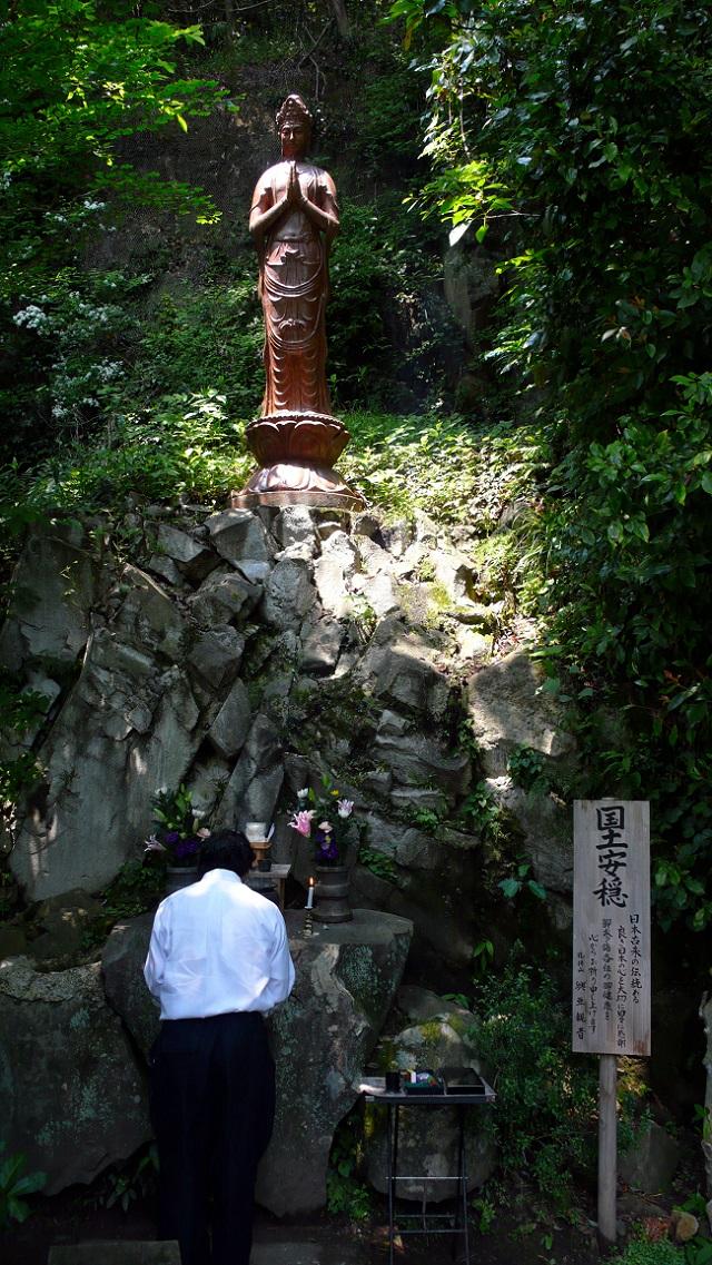 松井石根が1940年に寄進した興亜観音像。戦場の土を混ぜて造ったという像は、眼下の太平洋とその先のアジアを向いている=静岡県熱海市(撮影:石川智也)
