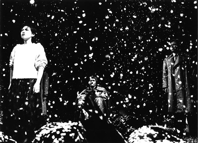 『ブレスレス ゴミ袋を呼吸する夜の物語』=提供:燐光群、撮影:細野貞夫