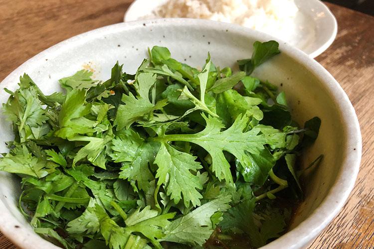 クレソン&パクチー、グリーンな野菜が皿を覆うカレー「sync」(東京・恵比寿)