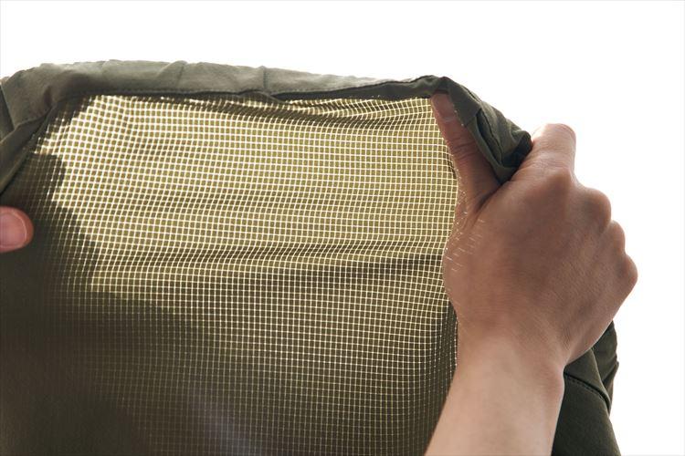 日にかざすと向こう側が透けるほどだが、格子状の織り模様があるリップストップ生地を採用しているので強度が高く、裂けにくい