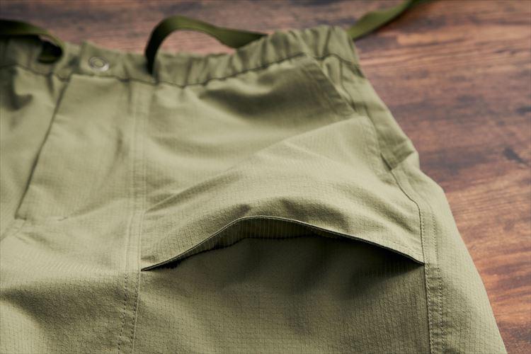 ポケット下部にマチが付けられている。外側からポケットが付けられているので、内側に膨らんで太ももを圧迫しにくいというメリットも