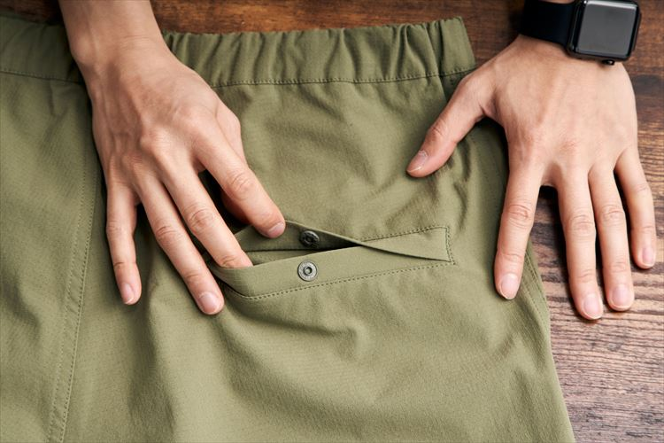 ヒップポケットにはスナップボタンが付いているため内容物が脱落する心配もない