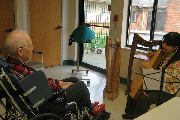 〈アメリカ・ホスピスの現場から〉第2次世界大戦を経験した元米兵が最期に語った「戦争の記憶」を聞く 音楽療法士・佐藤由美子