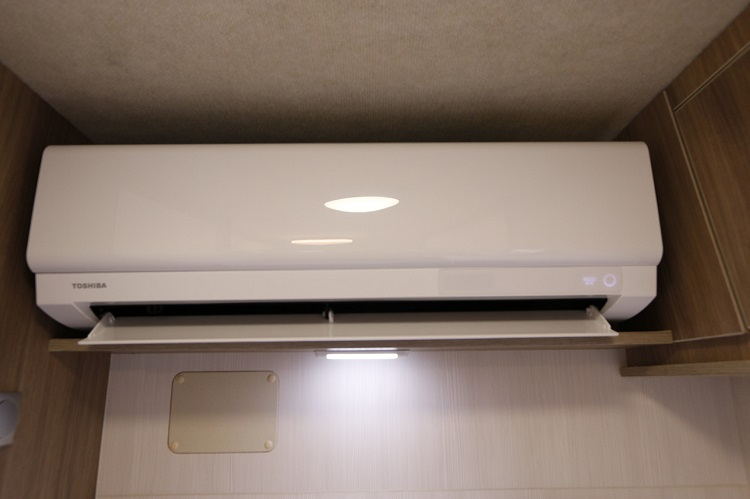 家庭用エアコンは最近のキャンピングカーにとって、もはや必須装備。Puppy 480ではFFヒーターとともに標準装備されている