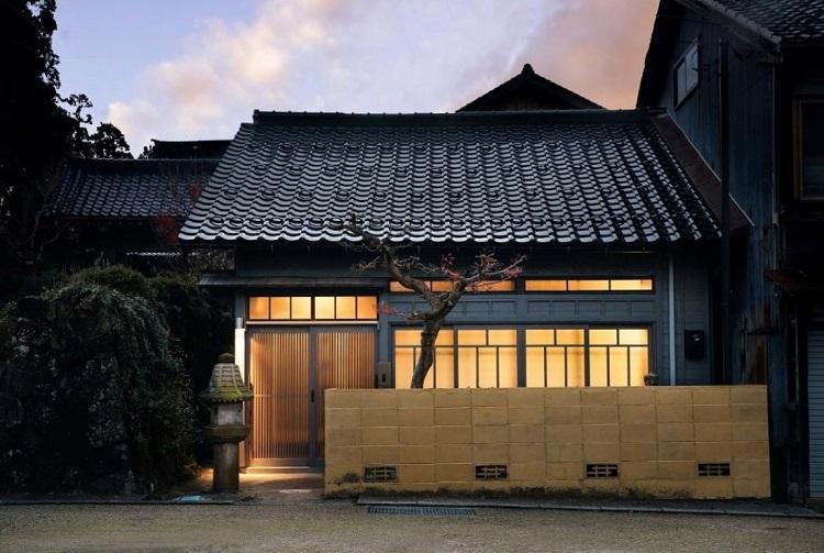 僕の富山県の定宿「ベッドアンドクラフト」は、彫刻師が200人も住む町「井波」の空き家をゲストハウスにして泊まり、彫刻師に一日弟子入りして木彫体験をする宿。もちろん普通にも泊まれます。ここにある町全体から感じられる「健やかさ」に、どうしてか惹(ひ)かれて予定は市内にあるのにもかかわらず、車で40分程も離れたこの町に「帰ってくる」感覚でお邪魔しています