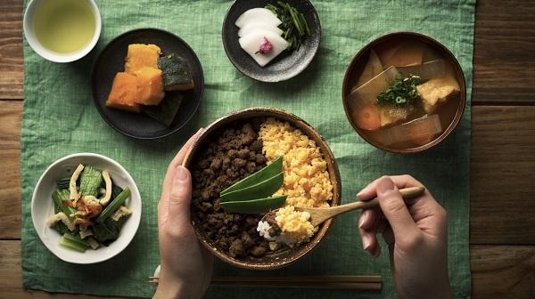 巷に溢れる「日本の食は凄い」 ありがたがる根拠は?