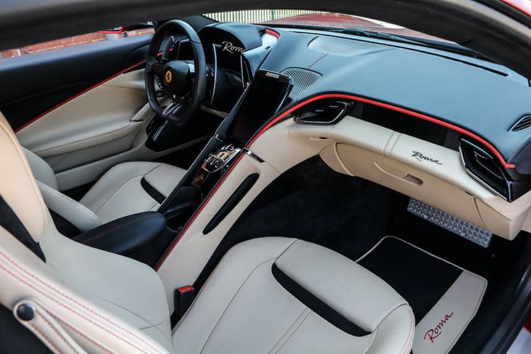 ダッシュボードは、完全なオリジナル。試乗車には、オプションのアルミ製運転席&助手席フットレストが装着されていた