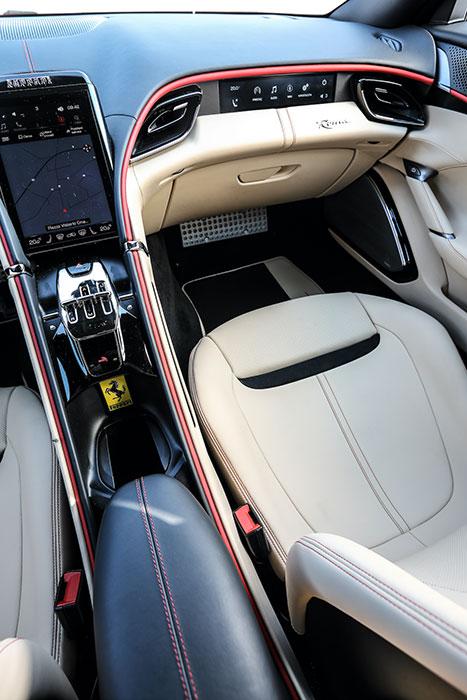 ドライバー優先の伝統的フェラーリと異なり、助手席にもほぼ同等の構造が与えられ、包まれるコクーン(繭)感覚が強調されている