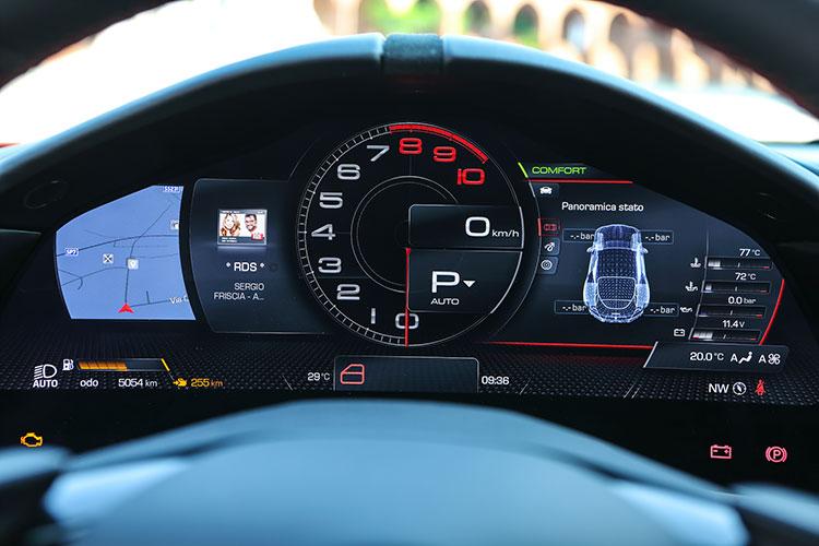 ドライバーの眼前に備わる16インチHDスクリーン。ひとたびイグニッションONにすると、華やかなグラフィックが展開される