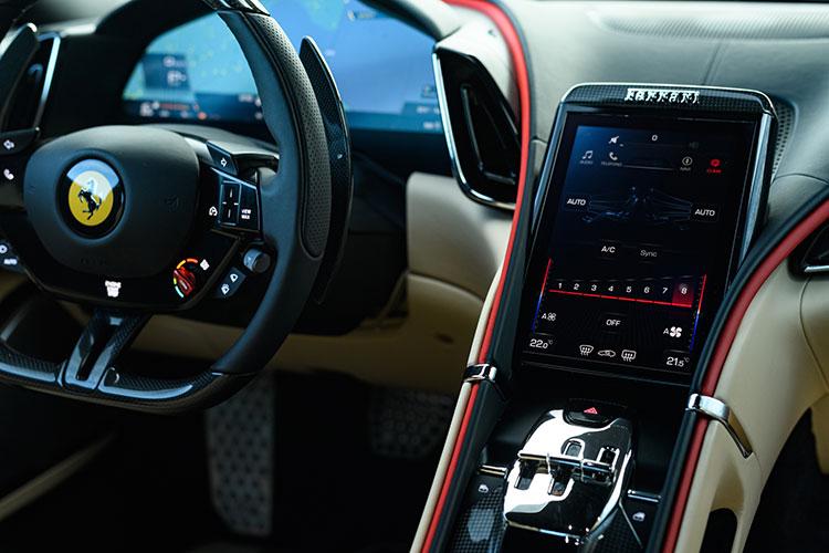 オプションの8.4インチ・センターディスプレーは、インフォテインメントと空調操作が可能。ステアリング背後のパドルで操る8段デュアルクラッチ式ATは、エンジン制御ソフトウェアとの統合性を洗練させ、より滑らかな変速を実現している