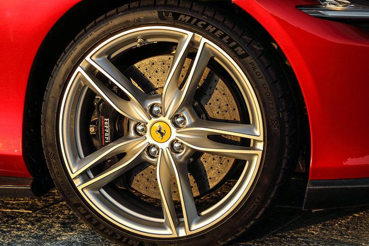 タイヤサイズはポルトフィーノと同じ前245/35ZR20、後285/35ZR20