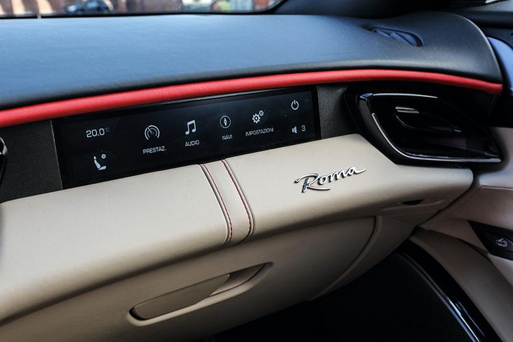 ここにも助手席への配慮が。オプションの助手席用8.8インチ・フルHDタッチスクリーンは音楽、ナビ、空調操作だけでなく、車両パフォーマンスの数値も確認できる