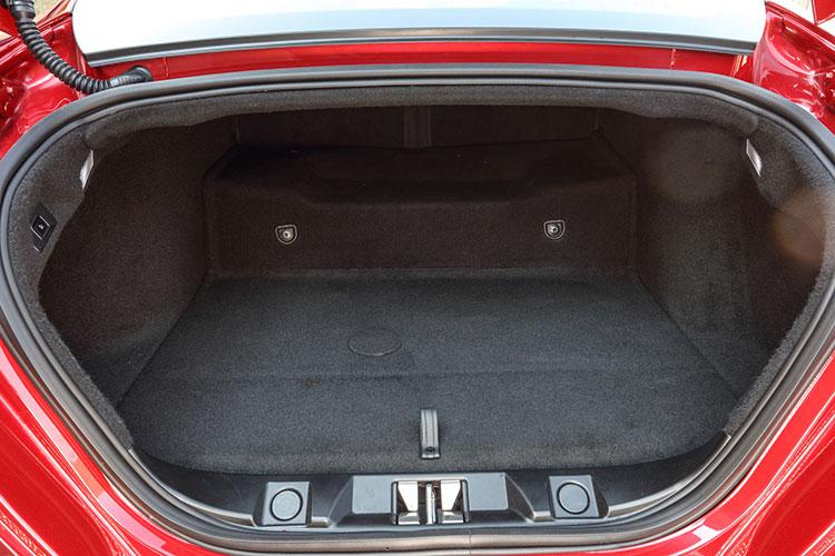 ラゲッジルーム容量は272リットル(可倒式後席バックレスト装着車は345リットル)