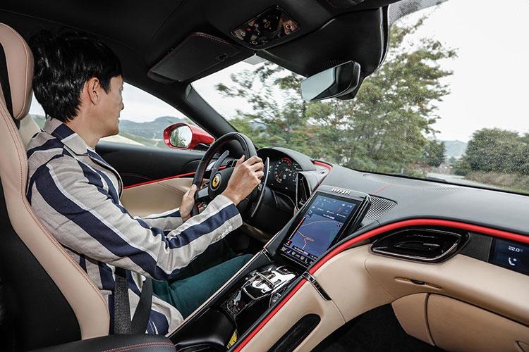 高度に電子制御されたヴィークル・ダイナミクスは、誰もが快適かつ安全にフェラーリの魅力を楽しめる時代が到来したことを実感させる