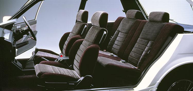 大きなサイドサポートのシートを備えた1600GT(写真はカッタウェイモデル)