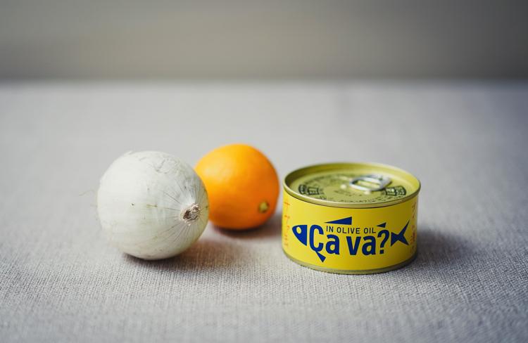 材料のタマネギ、レモン、サバ缶