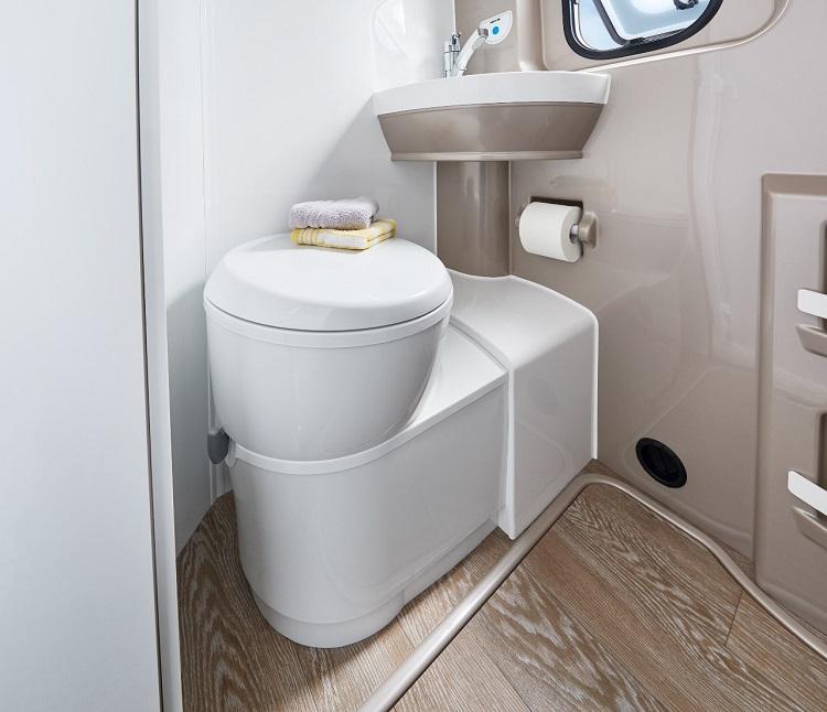 トイレもしっかりしたものを装備。アメリカほど広大な国土ではないにせよ、日常生活を旅に持ち出すうえで、QOL(Quality of Life)を大切に考えるのがヨーロッパ流といえよう(Photo:Hobby)