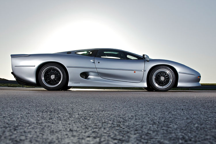 優雅なスタイル、時速343キロのスポーツカー ジャガーXJ220