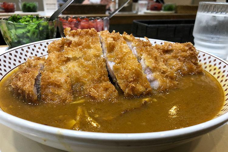 いつまでも変わらないでほしい老舗スタンドカレー「モンスナック」(東京・新宿)