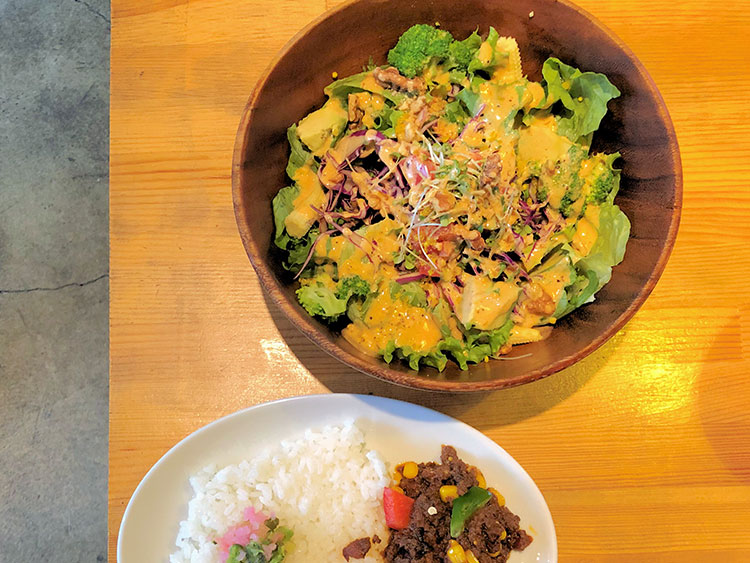 ボウル一杯の野菜サラダにミニサイズのカレーが付く「サラダランチ ミニカレー付き」もある