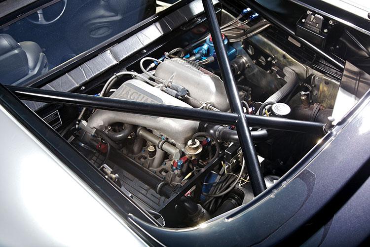 エンジンはオースチンローバー(当時)のグループBマシンに使われていたドライサンプのV6ツインターボに手を入れた