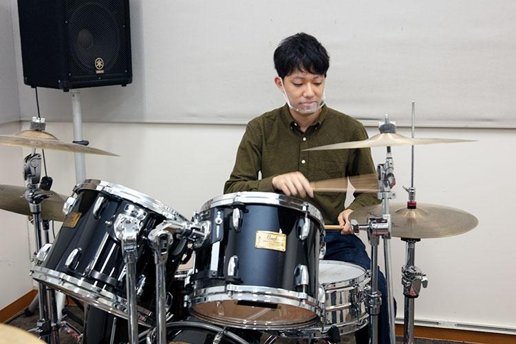 フィルインも成功し、その気になってきた田中部員。「ドラムを叩くと気分が上がりますね」