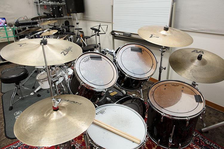 音楽に合わせたパッド練習を終え、本物のドラムへ。まずは太鼓とシンバルを一つずつ全部叩いて感触を確かめる