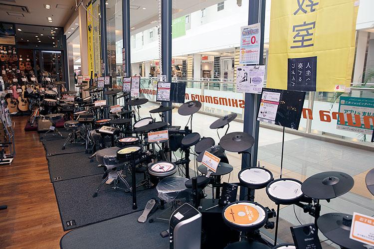 店内の電子ドラムコーナーに多くの機種がズラリと並ぶ