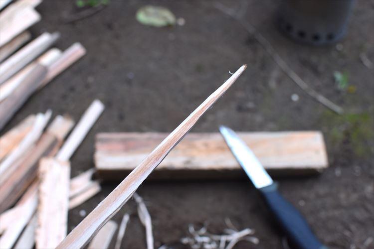 薪を細く削る