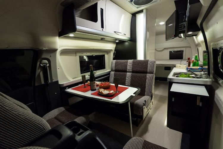 「救急車」が国産バンコン最大の室内空間をかなえる フラッグシップモデルの究極ベース車