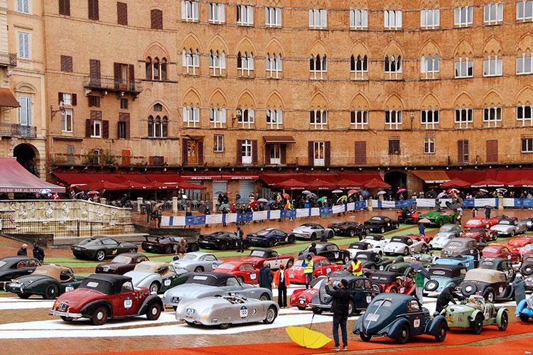昼、カンポ広場は参加車たちで埋まった