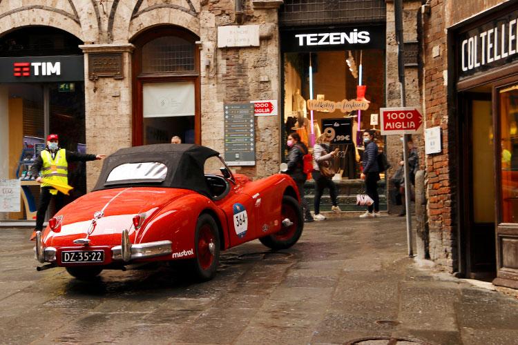 1956年ジャガー XK 140 OTS SEが、中世の巡礼ルート「フランチージェナ街道」で華麗なカーブをきめる