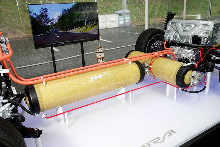 高圧水素タンクを後方床下に2本、センタートンネルに1本配置したことと、モーターとバッテリーを後ろに搭載したのが新型の特徴