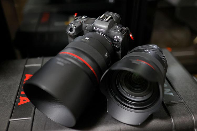 Canon EOS R5に装着したRF85mm F1.2 L USM(左)とRF28-70mm F2 L USM(右)