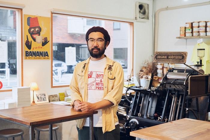 ぬくもりを感じさせる名刺とコミュニティーを作り出す 立ち飲み印刷所の「工場長」宍戸祐樹さん