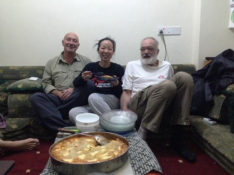 空き缶で作ったツリー、年越しカップ麺 年の瀬の紛争地、仲間がくれたつかの間の癒やし
