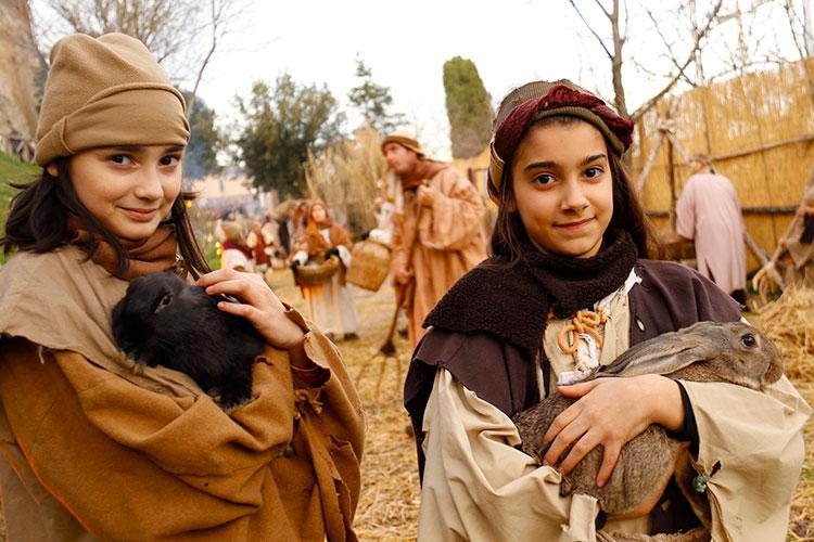 ウサギを抱く少女たち。動物も大切な脇役です