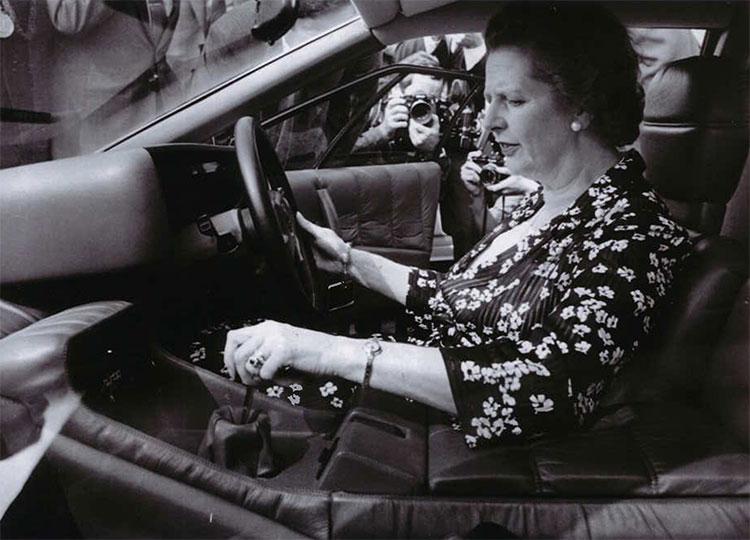 サッチャー元英首相がエスプリターボの運転席にっている写真