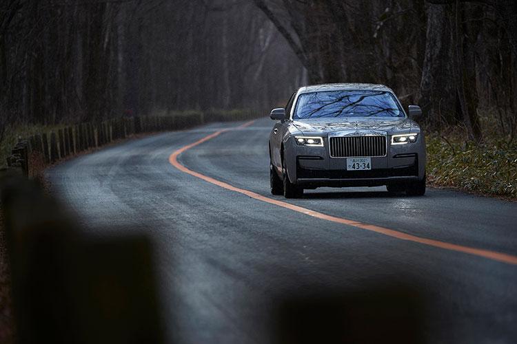 カメラで前方の路面を見て瞬間的に乗り心地を最適化するエアサスペンション装備