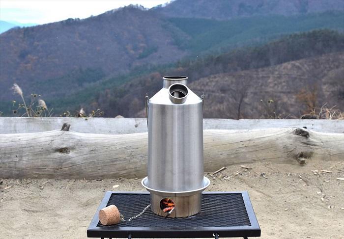 1.6リットルのお湯が6分で? 30年の歴史をもつ冬のキャンプ道具「ケリーケトル」