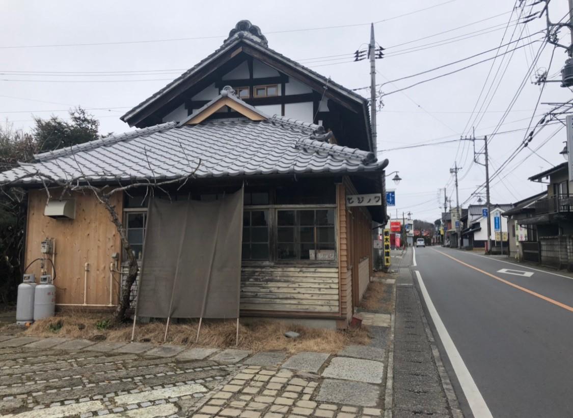 写真は栃木県益子町にできた「ヒジノワ」というレンタルキッチンのついたコミュニティースペース。こうした場所が町にできると、まず、町の人たちが利用し、その様子を地元の人が見にきて、また、その様子を県外の人が見にきたり、利用しにきたりします。意識を持って生まれた場所には、そうした吸引力がある。こうした数々の全国の手本を見て、僕もいつかそういう場所を作ってみたいと思ったわけです。場所が持つ影響力って素敵だと思うのです