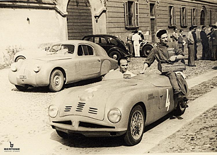 1947年、ヌッチオ・ベルトーネが、フィアットをベースにしたオープン・スポーツカーのステアリングを握る