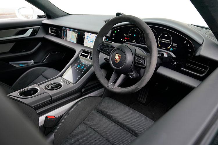 助手席にもインフォテイメントシステム操作用のモニタースクリーンを設けたダッシュボードを含め、クリーンな造形