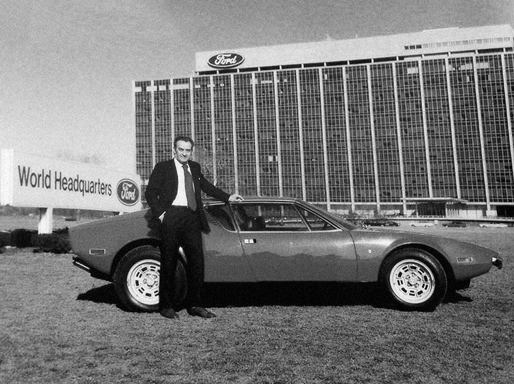 フォード本社前で撮影されたアレハンドロ・デトマゾ(1928~2003年)のポートレート