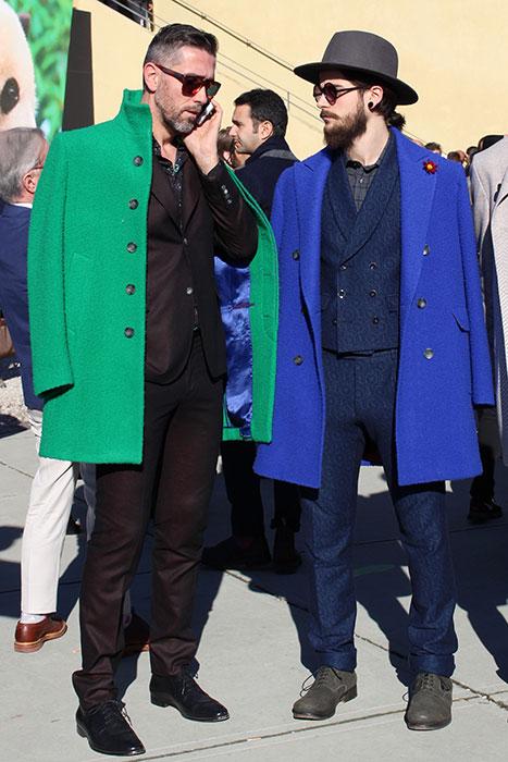 筆者のフォトアーカイブから。ある年ピッティ会場で見かけた紳士。二人とも色を抑えたセットアップに、カゼンティーノ・ウールの華やかなコートを合わせている