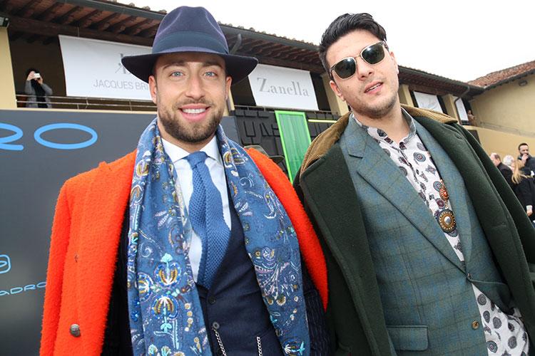 左の男性が着ているコートのカラーが、カゼンティーノ・ウールの代名詞とされるオレンジ色。その誕生には思いがけないストーリーが