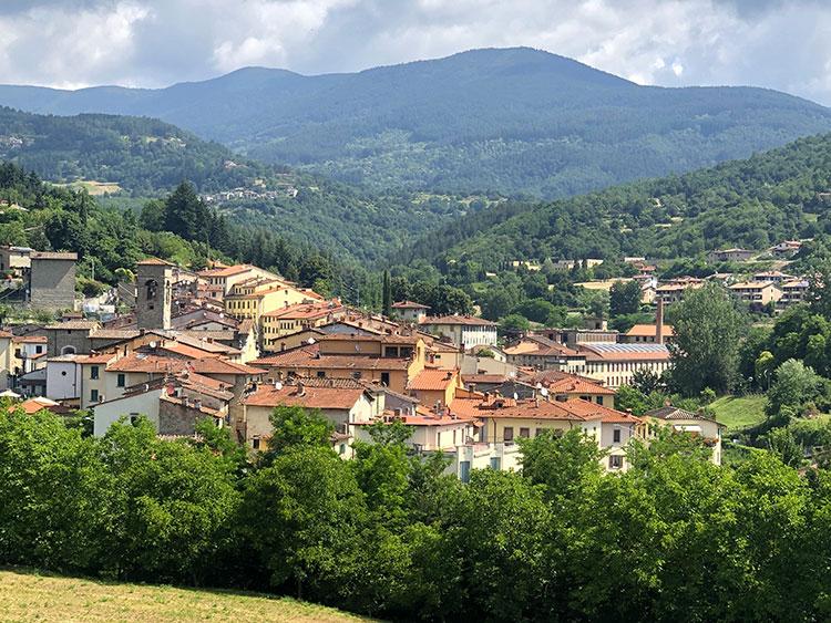 アレッツォ県北部カゼンティーノ地方の小さな集落。かつて羊毛加工で栄えたスティア(今日のプラトヴェッキオ・スティア)を望む