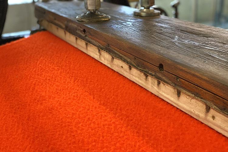 カゼンティーノ・ウールの特徴のひとつである起毛加工を施す工程。機械で摩擦を加えてできた毛玉は、空気を含んで高い保温性をもたらす