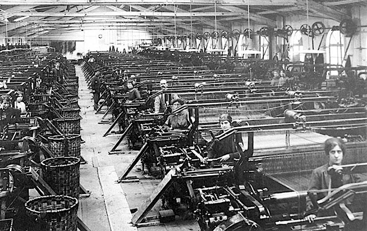 第1次世界大戦末期の羊毛加工場で働く人々(写真提供 / Museo dell'Arte della Lana)