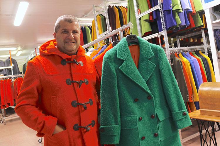 プラトヴェッキオ・スティアのタックス社にて。「この2色が伝統的カラー。かつては男性がオレンジ、女性はグリーンを着る風習がありました」とスタッフのパオロさん